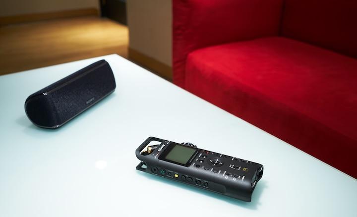 Sony PCM-D10 และลำโพง BLUETOOTH® บนโต๊ะหน้าโซฟา