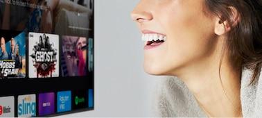 ผู้หญิงกำลังควบคุมทีวีด้วยเสียงของเธอ