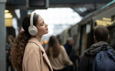 Lady listening to music in the street with WH-1000XM4 headphones