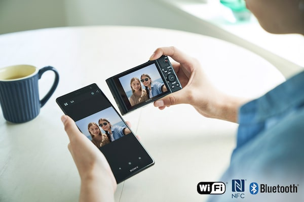 Easy wireless sharing with the PlayMemories Mobile app